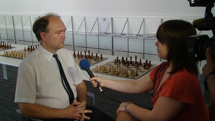 A projekt szerbiai koordinátora nyilatkozik a helyi televíziónak.
